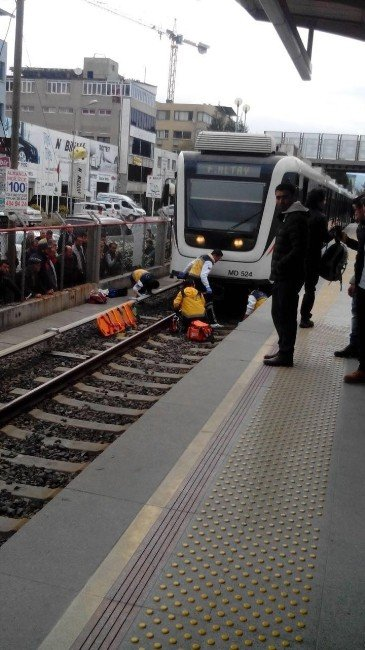 Metronun Önüne Atlayarak İntihara Kalkıştı
