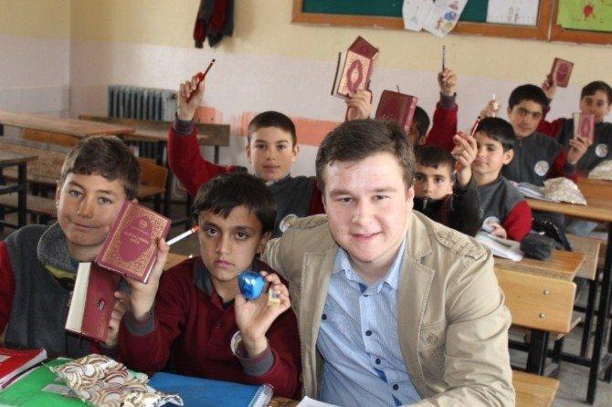 Köy Okulu Öğrencilerine Kur'an-ı Kerim Meali Hediye Ettiler