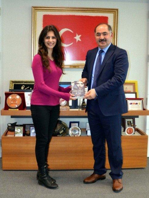 NKÜ Öğrencisi Yazdığı Romanı Rektör Şimşek'e Hediye Etti