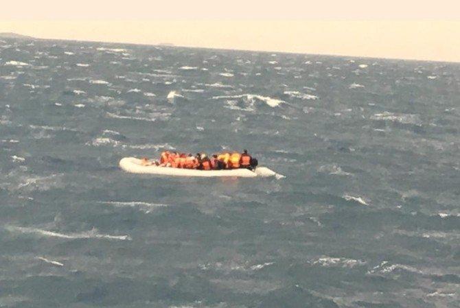 Sahil Güvenlik Ekipleri İzmir'de 56 Göçmeni Kurtardı