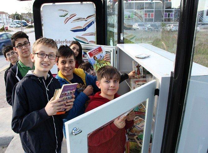 Otobüs Beklerken Kitap Okuyorlar