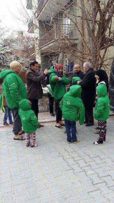 AK Parti Teşkilatı Türkmenlere Mont Yardımı Yaptı