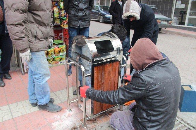 Akdağmadeni Belediyesi Cadde Ve Sokaklara Yeni Çöp Kutuları Yerleştirdi