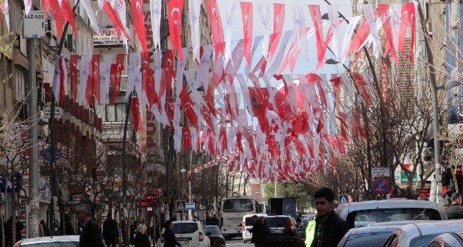 Sosyal Medyadan Talep Geldi, Başkan Şehri Bayraklarla Süslettirdi