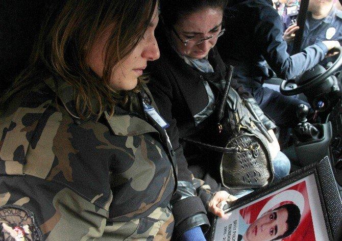 Şehit Eşini Üniformasıyla Karşılayıp Fotoğrafını Sevdi