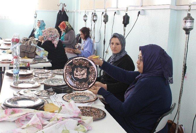 Kovancılarlı Kadınlar, Ev Ekonomisine Bakır İşleyerek Destek Oluyor