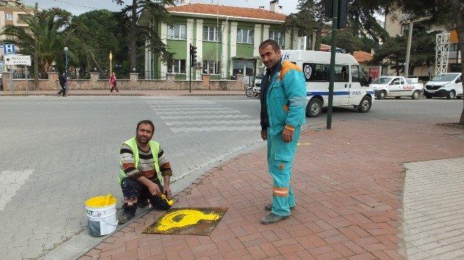 Burhaniye'de Engelli Geçitlerine Boyalı Önlem