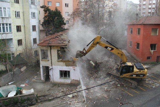 Karlıktepe Mahallesi'nde Metruk Binalar Yıkıldı