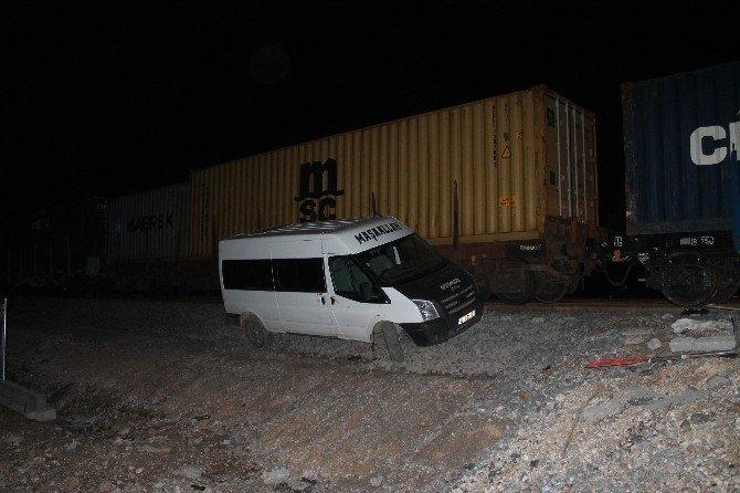 Yük Treniyle Minibüs Çarpıştı Şans Eseri Yaralanan Olmadı