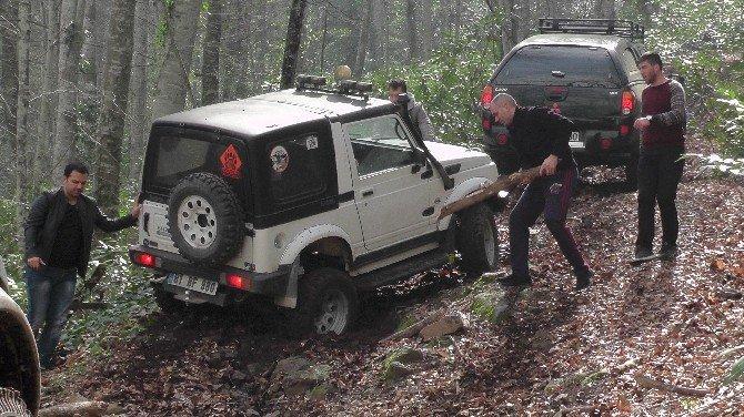 Düzceli Offroadcular Zorlu Etaplarda Jeeplerini Denediler