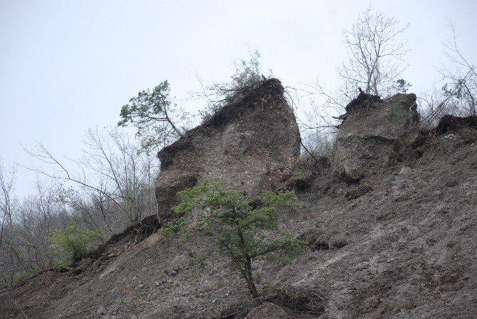 Dev Kaya Parçasının Yola Düşme Tehlikesi Korkutuyor