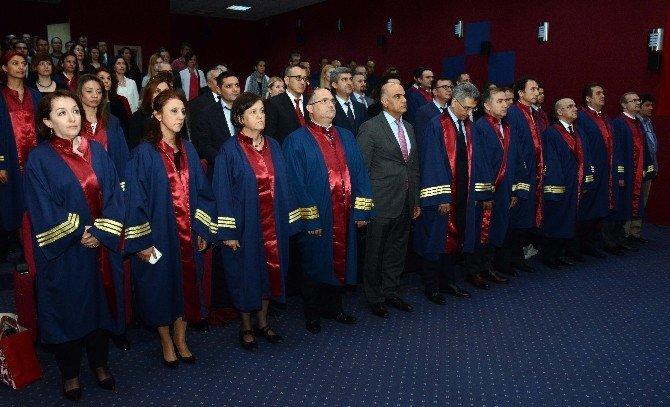 Profesörlüğe Ve Doçentliğe Yükselen Doktorlar Cübbe Giydi