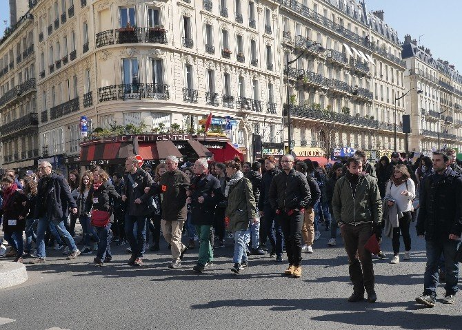 Fransa'da Memurlar Hükümeti Protesto Etti