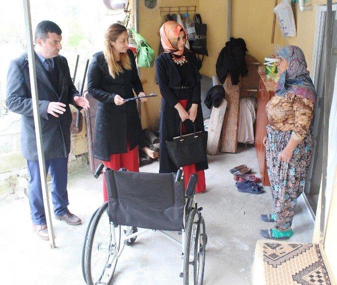 Lapseki Belediyesi İhtiyaç Sahiplerine Tekerlekli Sandalye Dağıtıyor