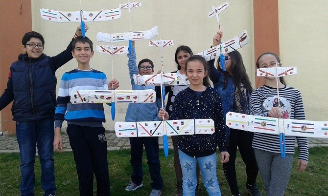 Model Uçak Yapmayı Öğreniyorlar