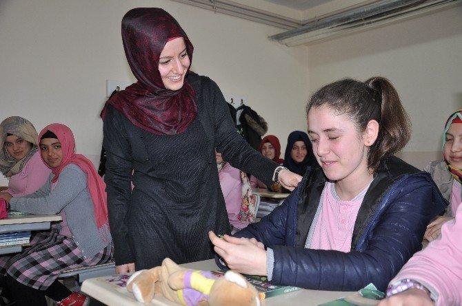 Kız Öğrencilere 'Çocuk Yaşta Evliliğin Zararları' Anlatıldı