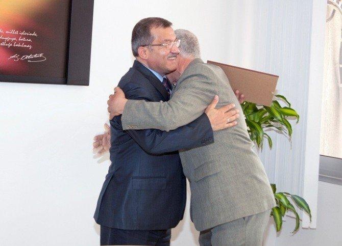 Emekli Olan İzmir'in 'Önder Abisi'ne Emniyet Müdüründen Teşekkür Belgesi