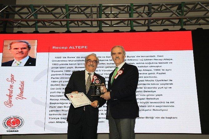 Futbol Adamları'ndan Başkan Altepe'ye Ödül