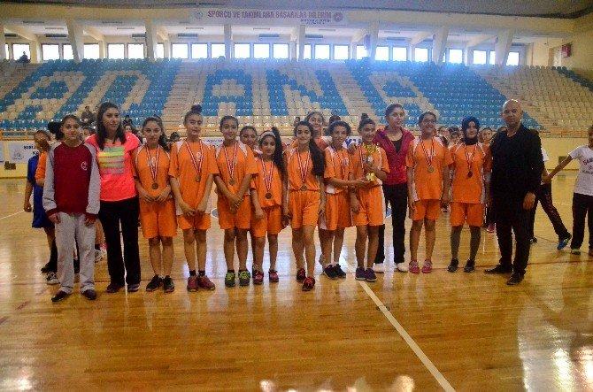 Adana'da Okullararası Küçük Kızlar Hentbol Müsabakaları