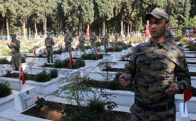 Askerlerin Duası Şehit Yakınlarını Duygulandırdı
