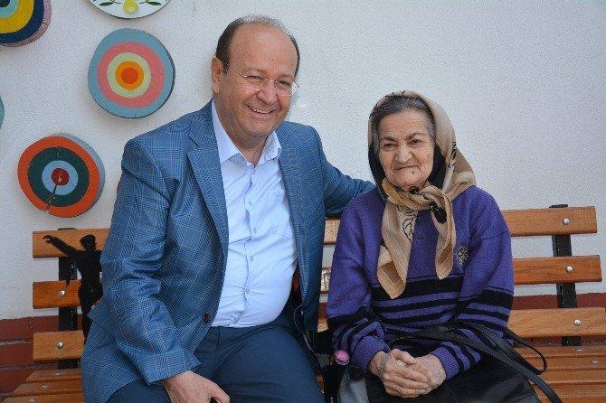 """Başkan Özakcan; """"Yaşlılarımız En Kıymetli Hazinelerimizdir"""""""
