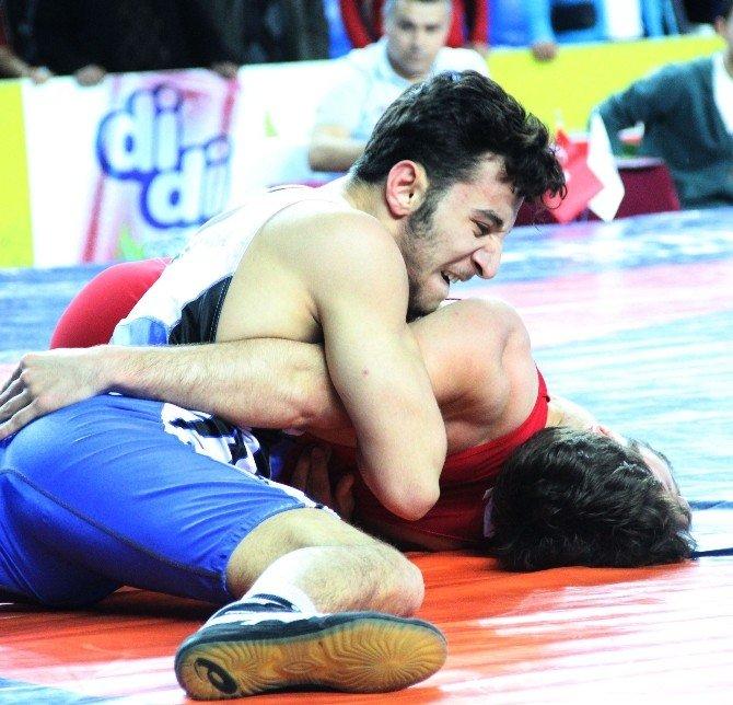 Grekoromen Stil Türkiye Gençler Güreş Şampiyonası Rize'de Başladı