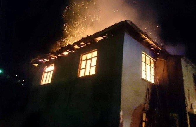 İki Katlı Ev Alevlere Teslim Oldu