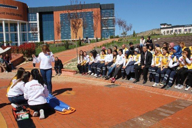 İlk Ve Acil Yardım Programı Öğrencileri Uygulamalı Vaka Çalışması Yapıyor