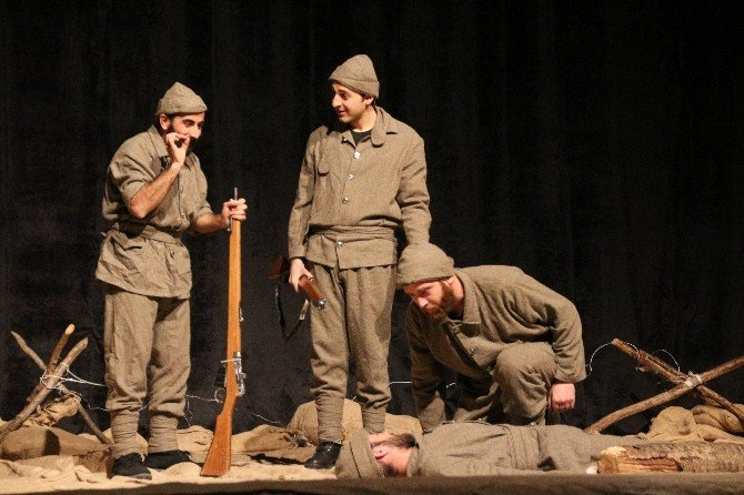 Tiyatro Greyfurt Ekibi Çanakkale Mahşeri Adlı Oyunu Sergiledi