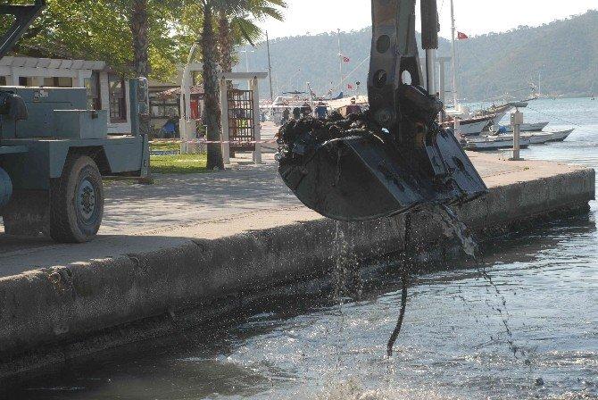 Limandan Tonlarca Çamur Çıkartılıyor