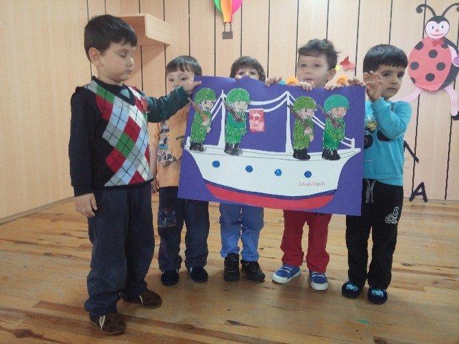 Anaokulu Öğrencileri Çanakkale Zaferi Anısına Okul Bahçesinde Hoşaf Ve Ekmek Dağıttı