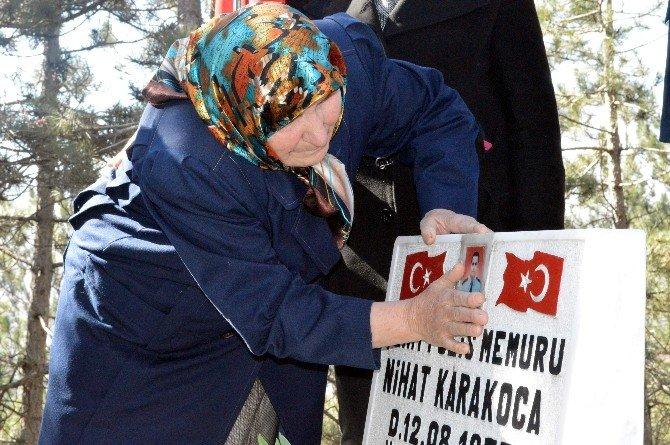Şehit Annesi, Mezar Taşının Üzerinde Oğlunun Fotoğrafını Sevdi