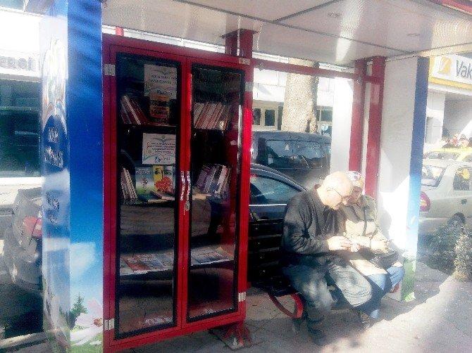Sokak Kütüphaneleri Saat Sekiz'e Kadar Açık