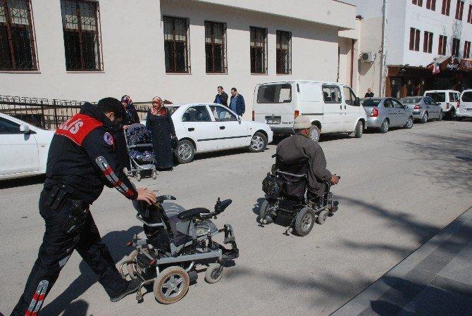 Midibüs Engelli Aracına Çarptı