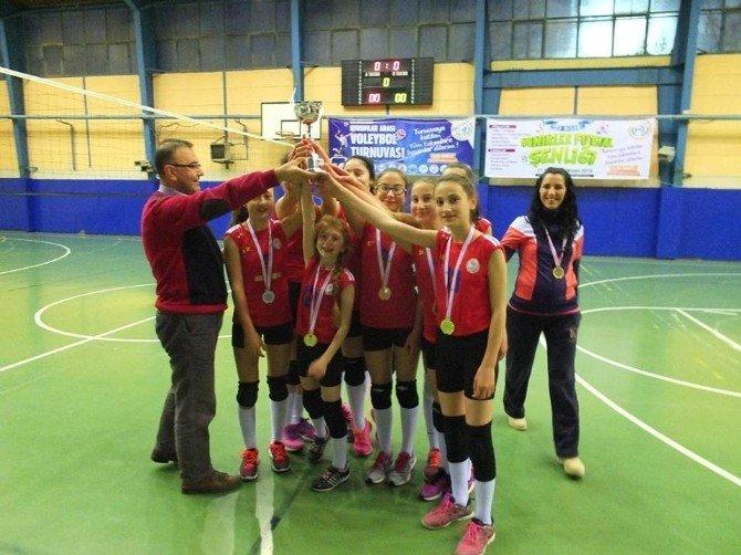 Bilecik'te Küçük Kızlar Kulüplü Voleybol İl Birincisi Gençlik Spor Kulübü Oldu