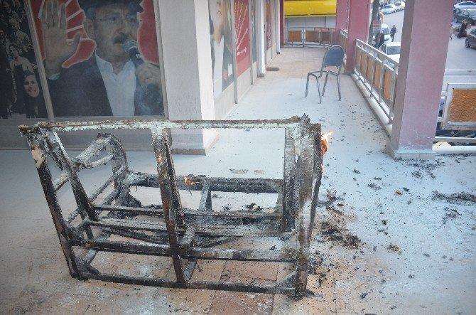 Bilecik'te CHP Ofisinin Önünde Yanan Koltuk Paniğe Neden Oldu