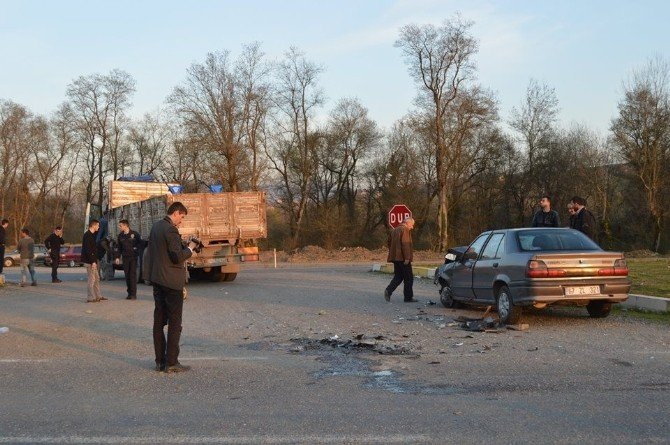 Otomobil Kamyona Çarptı: 3 Yaralı