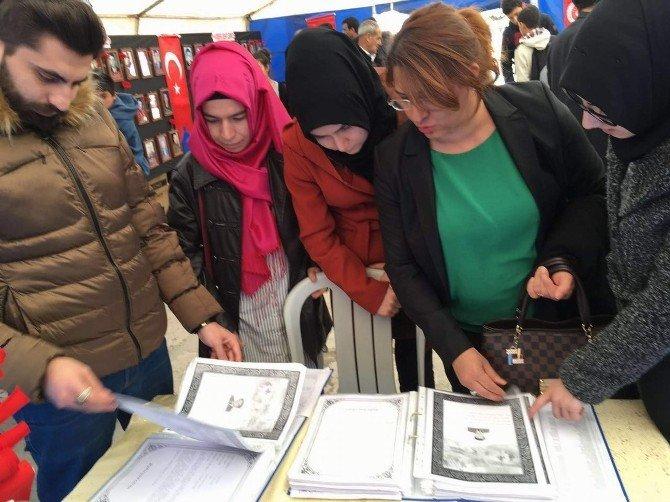 AK Parti Teşkilatı Esnafa Bayrak Dağıtıp Şehitliği Ziyaret Etti
