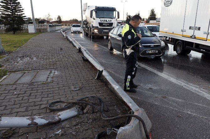 Virajı Alamayan Beton Pompası Kamyonu Devrildi: 3 Yaralı