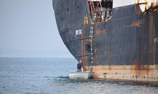Hacizli Gemiden Malzeme Çalmak İsterken Yakalandılar