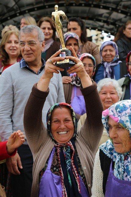 Tarhan, Ödülü Kadın Üreticilere Hediye Etti