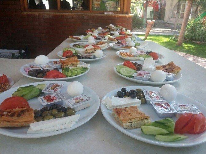 Kahvaltıdan Elde Ettikleri Paraları Afrika Ve Suriye'ye Gönderecekler