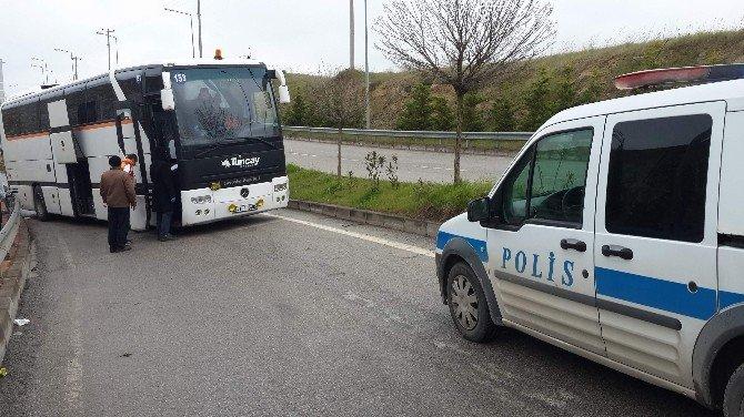 Üniversite Girişinde Kaza Yapan Çalıntı Otobüs, Polisi Alarma Geçirdi