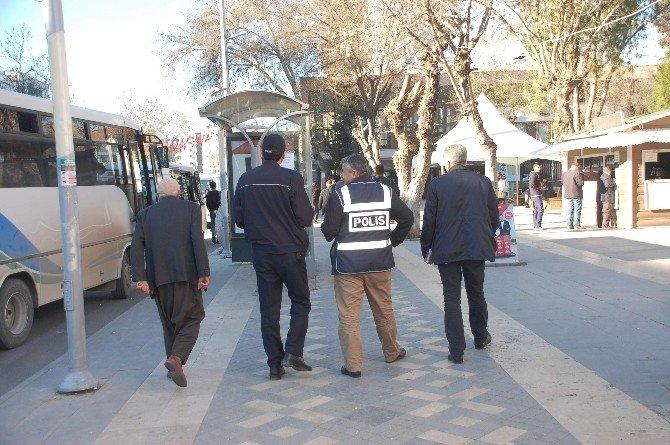 Polisler Sivil Ve Resmi Kıyafetlerle Halkın Arasında