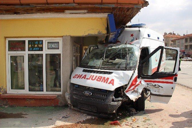 Ambulansla Otomobil Çarpıştı: 6 Yaralı