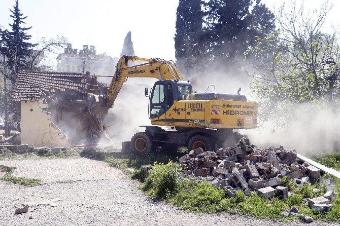 Vakıf Arazisi Üzerindeki Kaçak Binalar Yıkıldı