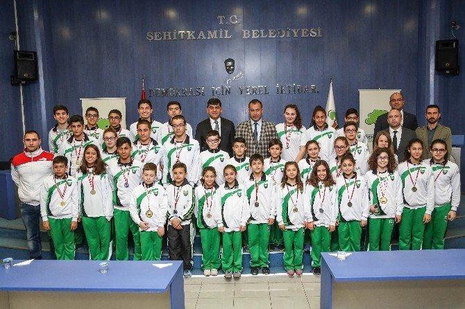 Şampiyon Yüzücüler Başarılarını Fadıloğlu İle Paylaştı