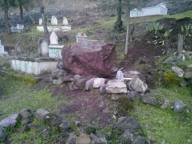 Kaleden Kopan Kaya Parçaları Mezarlığa Zarar Verdi