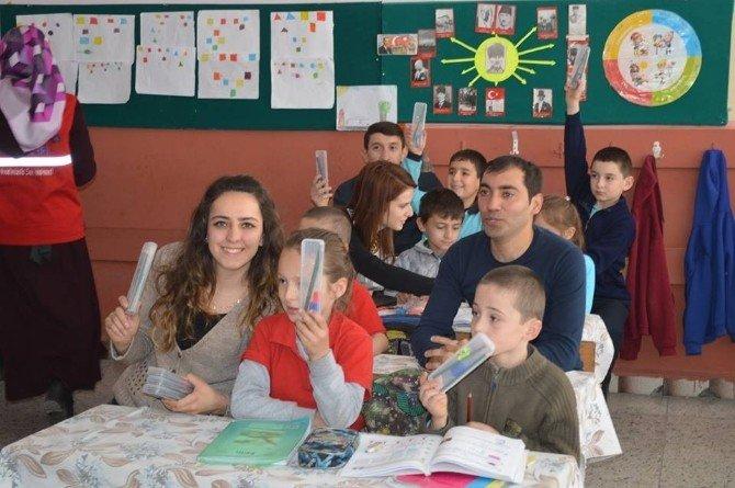 YGS'de Toplanan Kırtasiye Malzemeleri Öğrencilere Dağıtıldı