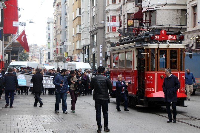"""Beşiktaş Belediyesi'nden İstiklal Caddesi'nde """"Teröre Karşı TEK Yürek"""" Yürüyüşü"""